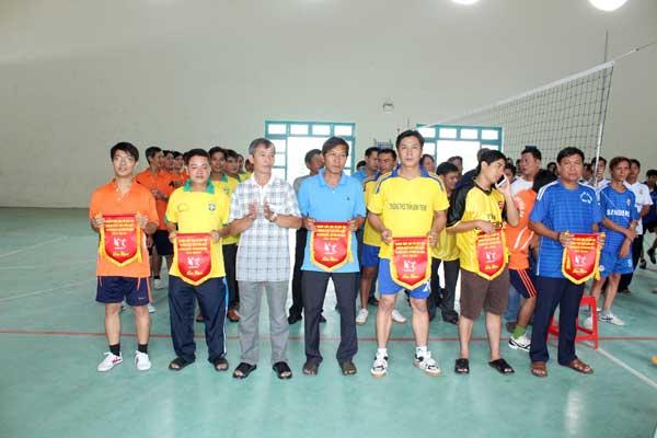 Các đội nhận cờ lưu niệm giải đấu